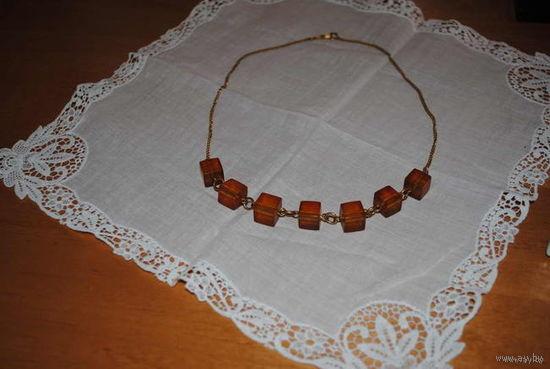 Очень старое ожерелье из натурального янтаря на латунной цепочке, из бабушкиной шкатулки, имеется даже какая-то проба, но без лупы сложно разглядеть!