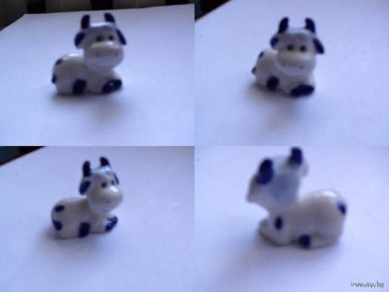 Фарфоровая маленькая фигурка коровы.  распродажа