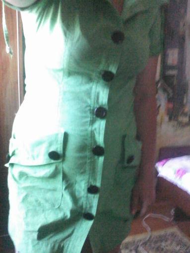 Зеленое платье с черными пуговица