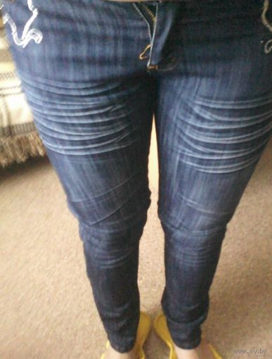 Стильные джинсы со стразами