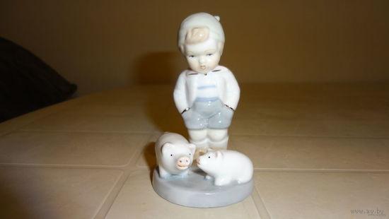 """Фарфоровая статуэтка""""мальчик с поросятами"""" выс.11см"""