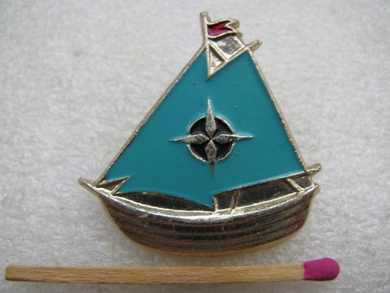 Значок. Лодка под парусом. Водный туризм.