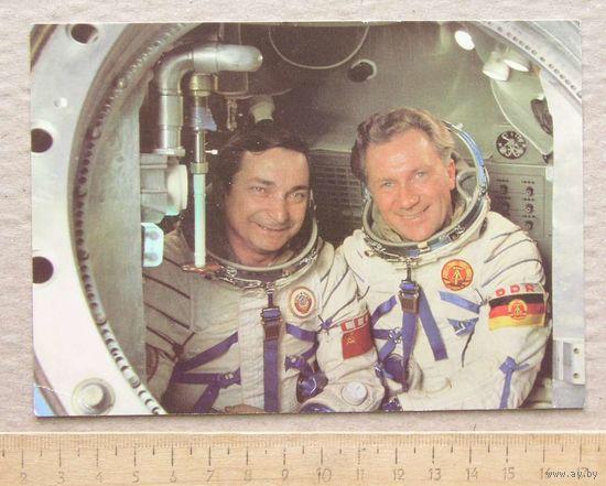 Открытка КОСМОС Советско-Германский экипаж Валерий Быковский и Зигмунд Ян ГДР вид 2