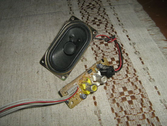 Небольших размеров динамик с проводкой и контактными гнездами