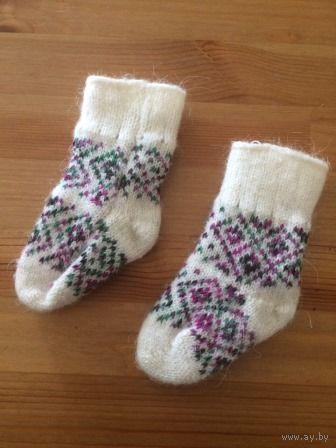 Носки теплые шерсть от 0-5 месяцев. Мы не носили, так как родились весной и не пригодились. Примерные замеры от пятки до носочка 9 см, высота от пяточки 10 см.  Отличное состояние.