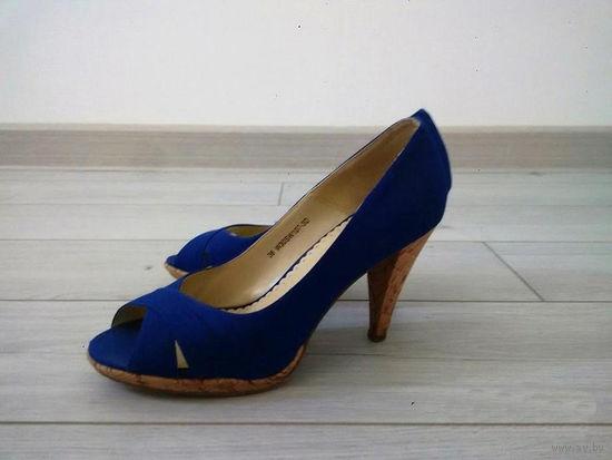 Летние ярко синие туфли.