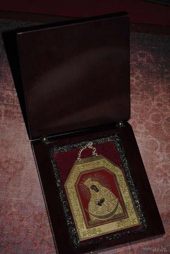 Маленький, дорожный образ: Остробрамской Богородицы (латунь/эмаль) с деревянной коробочкой для его хранения.