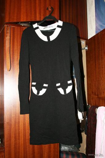 Чёрное платье с белым воротом и белыми лже-кармашками
